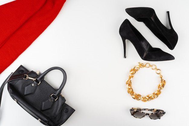Tenue Femme Avec Pull Rouge Et Accessoires Sur Blanc Photo Premium