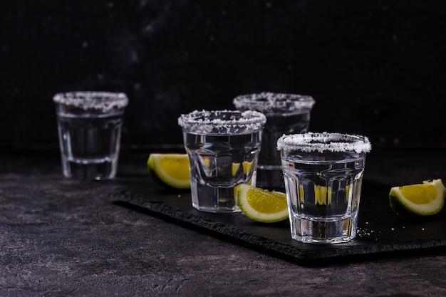 Tequila coupée à la lime et au sel Photo Premium