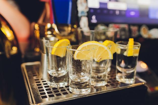Tequila Mexicaine En Or Au Citron Vert Et Sel Sur Fond Noir Avec Fond. Photo Premium
