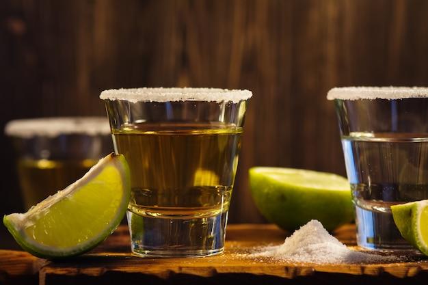 Tequila shots, tranches de sel et de citron vert Photo Premium