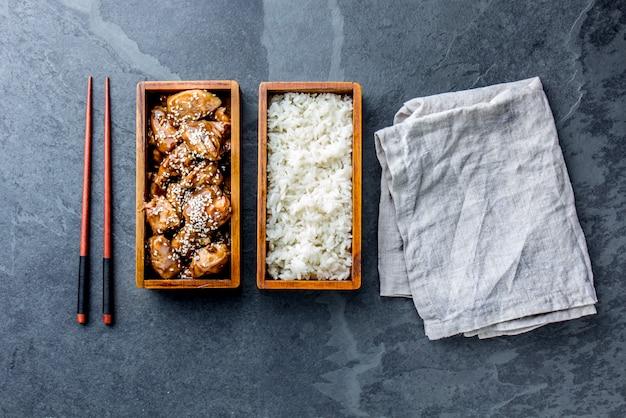 Teriyaki Au Poulet Avec Riz Dans Une Boîte à Bento En Bois Photo Premium