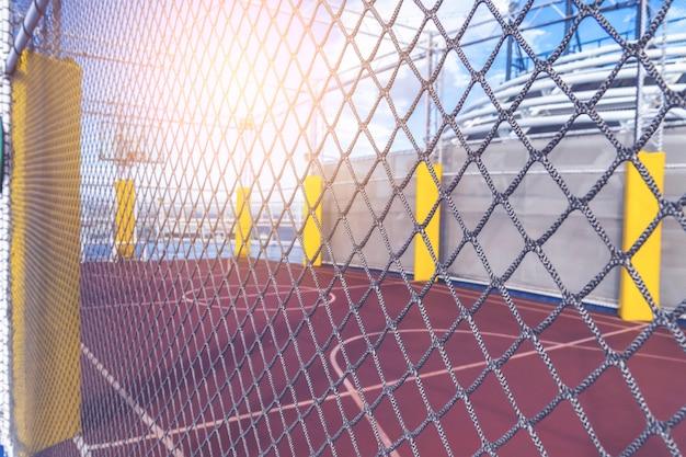 Terrain De Basket Avec Protection Grillagée Photo Premium