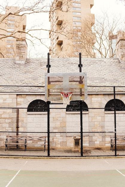 Terrain De Basket Vide En Ville Photo gratuit