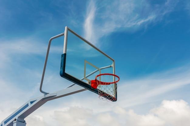 Terrain de basketball avec ciel bleu et nuage Photo Premium