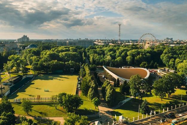 Terrain De Sport Et Complexe Sportif Dans Le Parc Gorky De La Ville De Minsk, Terrain De Football Et Complexe De Hockey Dans La Ville De Minsk, En Biélorussie. Photo Premium