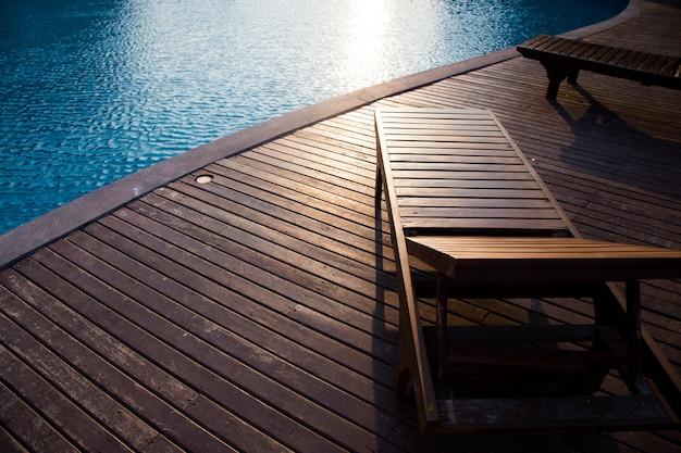 Terrasse en bois vide et chaise avec piscine Photo Premium