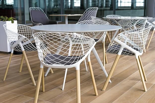 Terrasse D'été Vide Dans Le Terminal De L'aéroport, Chaises Et Tables Photo Premium