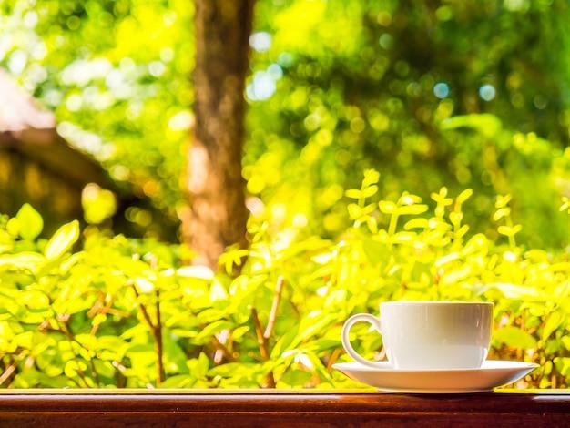 Terrasse extérieure avec vue magnifique sur la nature et tasse à café blanche Photo gratuit