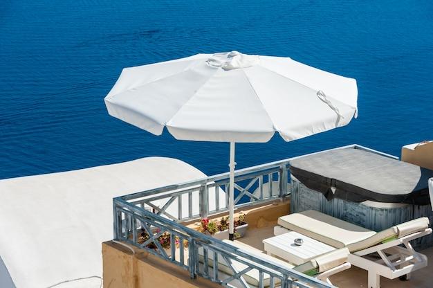 Terrasse sur la mer bleue de santorin Photo Premium