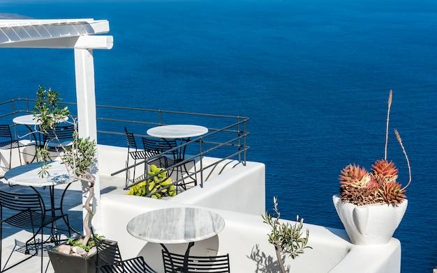 Terrasse sur la mer de santorin Photo Premium