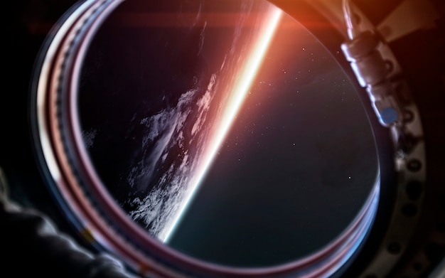 Terre planète du hublot du vaisseau spatial. art de science fiction. Photo Premium