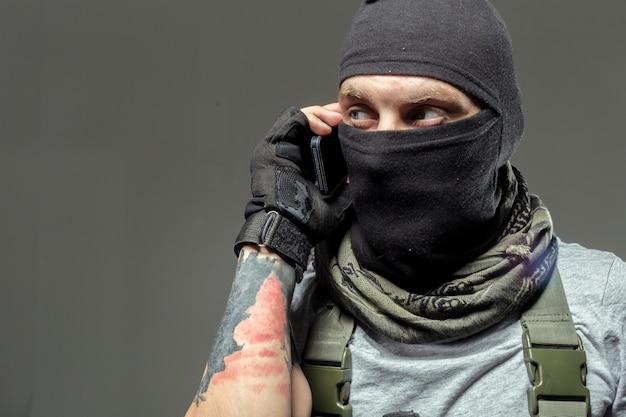 Des terroristes communiquent par radio talkie-walkie Photo Premium