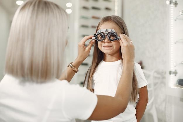 Test De La Vue Et Examen De La Vue De L'enfant. Petite Fille Ayant Un Examen De La Vue, Avec Phoropter. Le Médecin Effectue Un Test Oculaire Pour Enfant Photo gratuit