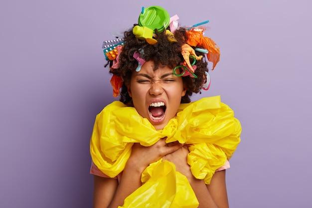 Tête De Femme Irritée Dérangée Posant Avec Des Ordures Dans Ses Cheveux Photo gratuit