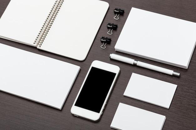 En-tête et identité éléments de marque avec smartphone plat poser Photo Premium