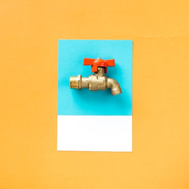 Une Tête De Robinet En Métal Avec Un Bouton Photo gratuit