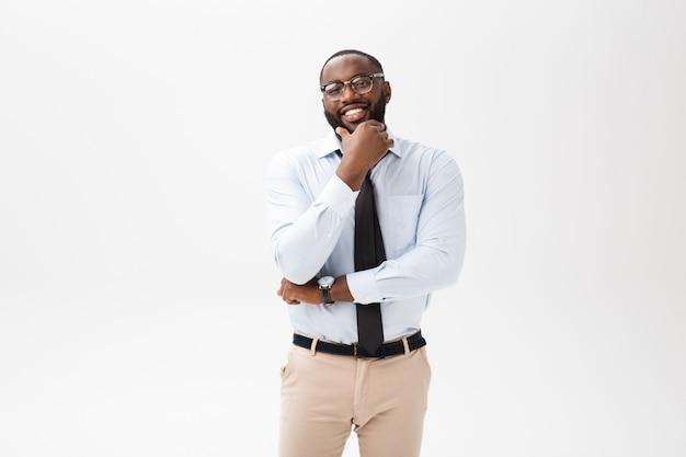 Tête de succès souriant gai homme d'affaires afro-américain exécutif élégant chef de compagnie Photo Premium