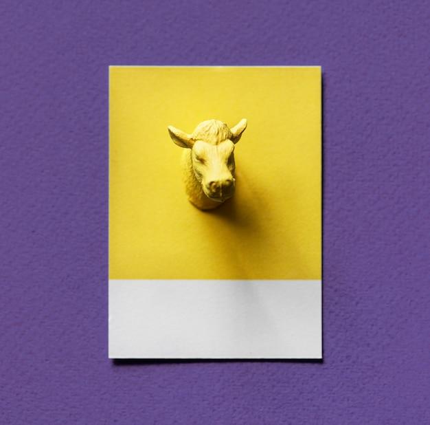 Tête de taureau jaune sur papier Photo gratuit