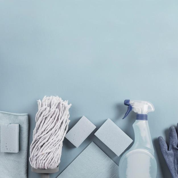 Tête de vadrouille, flacon pulvérisateur et éponge sur fond gris Photo gratuit