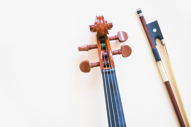 Tête de violon classique avec archet sur fond blanc Photo gratuit