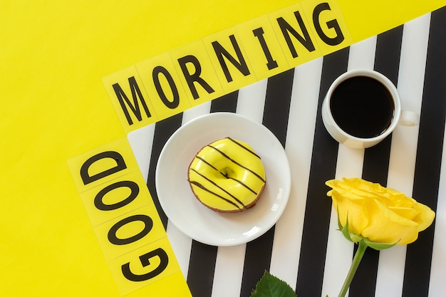 Texte bonjour, café, cahier à texte jaune Photo Premium