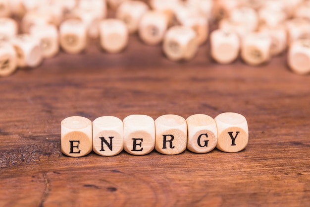 Texte d'énergie écrit des cubes sur un bureau Photo gratuit