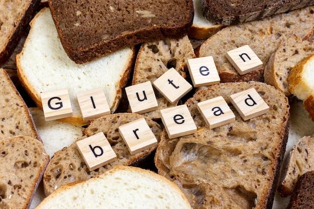 Texte de pain sans gluten. pain tranché sur le dessus de la table, concept sans gluten. pain sans gluten fait maison pour les personnes allergiques Photo Premium