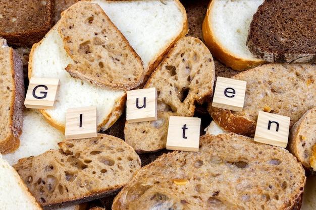 Texte sans gluten. pain tranché sur le dessus de la table, concept sans gluten. Photo Premium