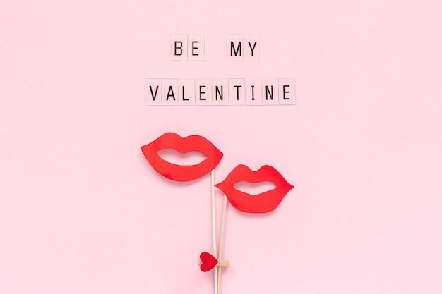 Texte soyez mon valentin et quelques accessoires de papier lèvres sur le coeur attaché pince à linge coeur Photo Premium