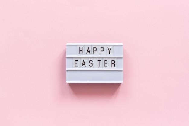Texte de la visionneuse joyeuses pâques sur fond de papier rose. Photo Premium