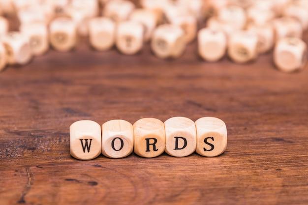Texte word sur dés en bois au-dessus d'un bureau marron Photo gratuit