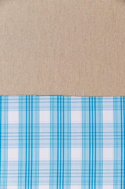 Textile à carreaux bleu sur toile de sac unie Photo gratuit