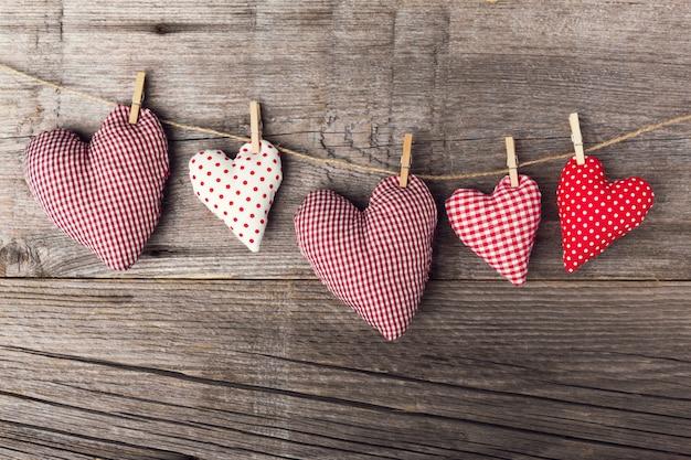 Textile saint valentin coeurs en bois Photo gratuit