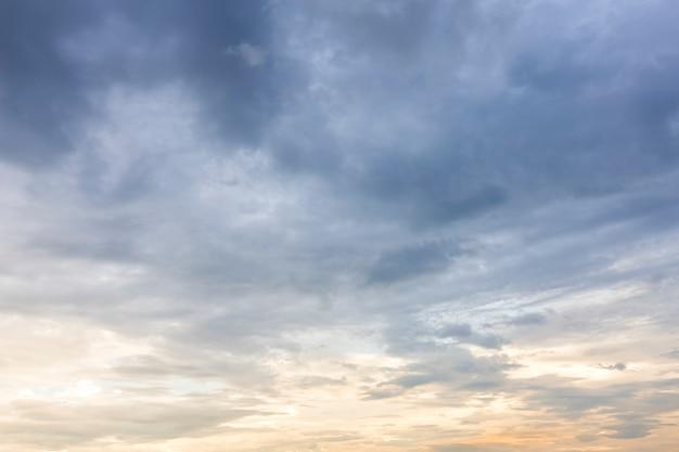 Texture de ciel bleu avec coucher de soleil de nuages blancs. Photo Premium