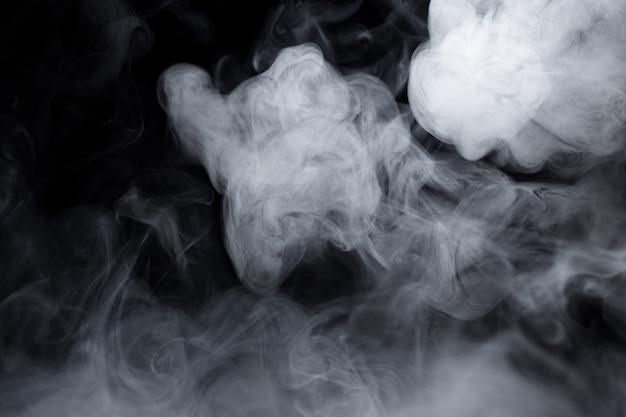 Texture de cigarette blanche fumée sur fond noir Photo Premium