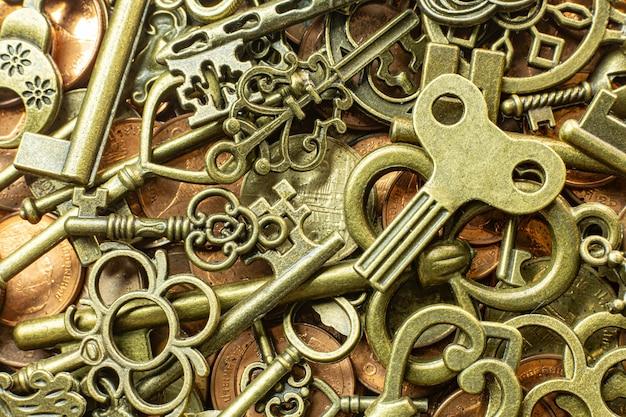 Texture de clés anciennes or vintage sur la pièce de cuivre Photo Premium