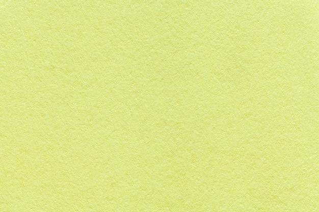 Texture du vieux fond de papier vert clair, agrandi. structure en carton d'olive dense Photo Premium