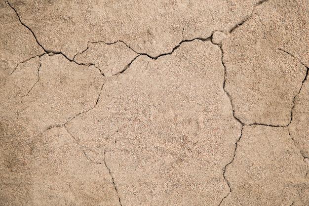 La texture de la fissure dans le sol avec du sable sous la forme d'un gros plan éclair. terre fissurée Photo Premium