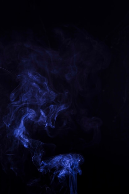 Texture de fumée bleue sur fond noir avec espace de copie Photo gratuit