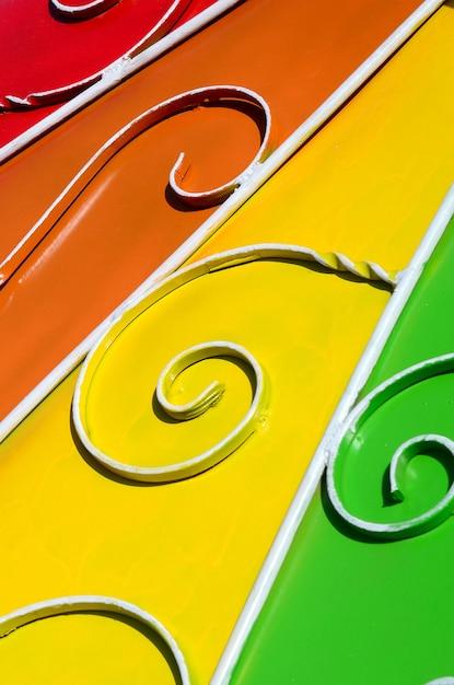 Texture En Métal D'un Morceau De Mur Coloré Avec Un Motif Forgé Photo Premium