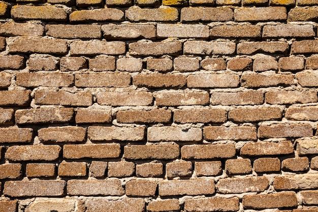 Texture de mur horizontal de plusieurs rangées de vieilles briques Photo Premium
