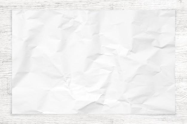 Texture de papier froissé sur fond de bois blanc. Photo Premium