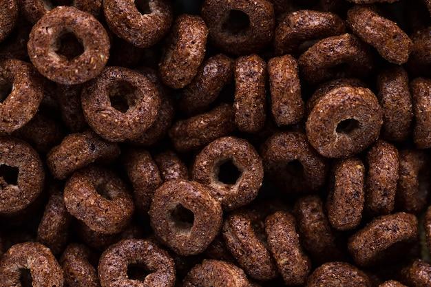 Texture et surface de bagues sèches en chocolat pour le petit déjeuner à base de céréales. Photo Premium