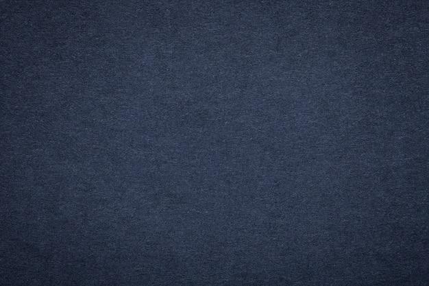 Texture de vieux papier bleu marine, agrandi. structure en carton denim foncé et dense Photo Premium