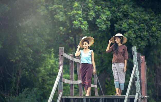 Thaïlandais, femme qui travaille dans la campagne, thaïlande Photo Premium