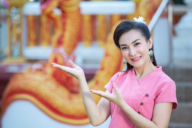 Thaïlandaise, Nord, Dame, Sourire, Rose, Chemise Photo gratuit