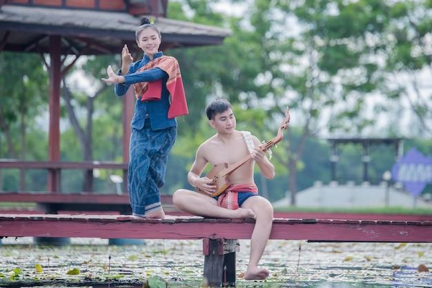 Thaïlande, Homme Et Femme En Costume National Avec épingle De Guitare (instrument à Cordes Pincé) Photo gratuit