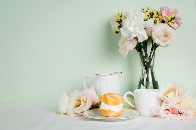 Thé anglais à côté de la pâtisserie Photo gratuit