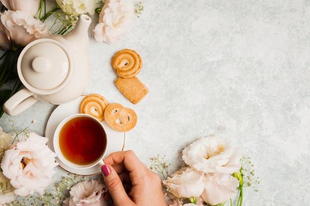 Thé anglais et dessert savoureux Photo gratuit