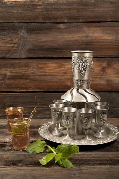 Thé arabe dans des verres avec des tasses Photo gratuit